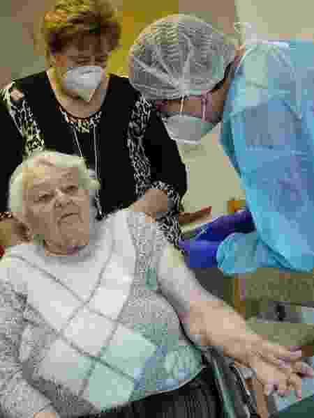 Ruth Heise, 87, recebe a vacina Pfizer/BioNTech em um lar de idosos da Cruz Vermelha Alemã - Sean Gallup/Getty Images