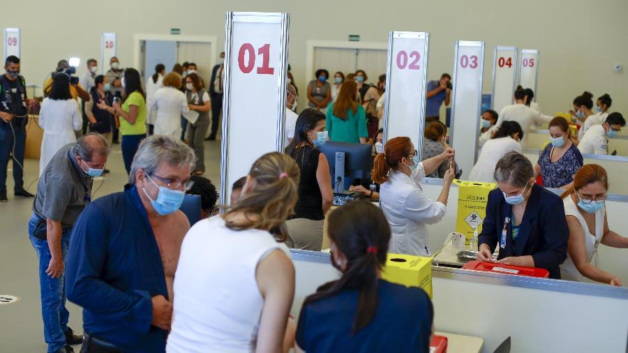 18.jan.2021 - Profissionais de saúde do Hospital das Clínicas de SP são vacinados com a vacina CoronaVac no Centro de Convenções Rebouças, em São Paulo - Marcelo Justo/UOL