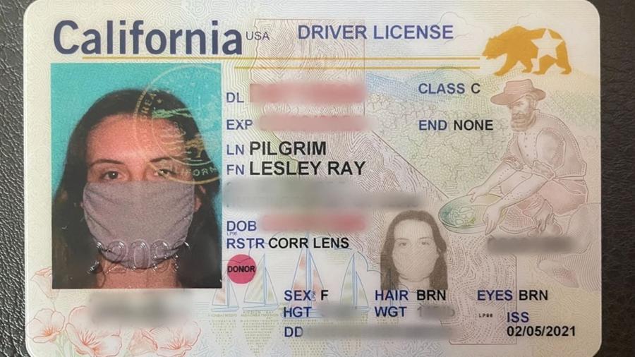 Leslie Pilgrim, da Califórnia, acabou tirando por engano uma carteira de motorista com foto dela usando máscara - Reprodução