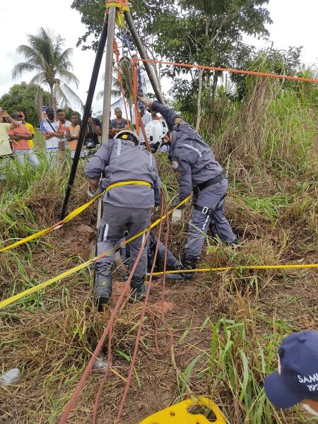 Jovem de 15 anos passou a madrugada em poço e foi resgatado apenas na tarde de hoje - Divulgação/Corpo de Bombeiros