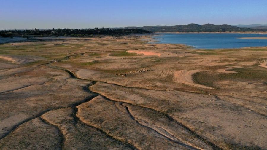 Em vista aérea, baixo nível das águas é visível no lago Folsom, na Califórnia - Justin Sullivan