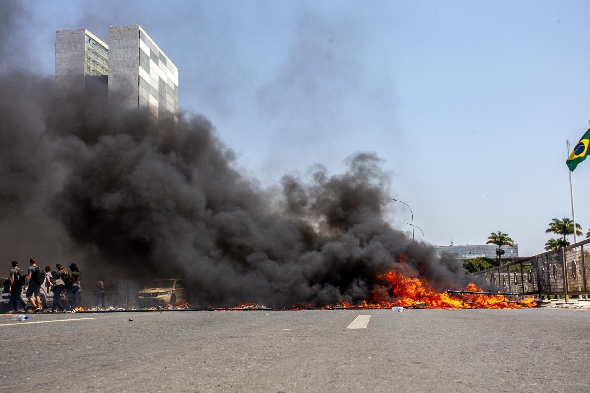 Caixão queimado gera fumaça preta em frente ao Palácio do Planalto, em Brasília - Antonio Molina/Fotoarena/Estadão Conteúdo