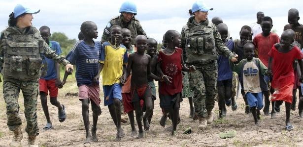 3.jul.2015 - Crianças brincam com integrantes da missão da ONU na cidade de Bor, no Sudão do Sul
