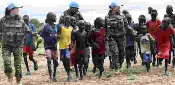 3.jul.2015 - Crianças brincam com integrantes da missão da ONU na cidade de Bor, no Sudão do Sul - Efe