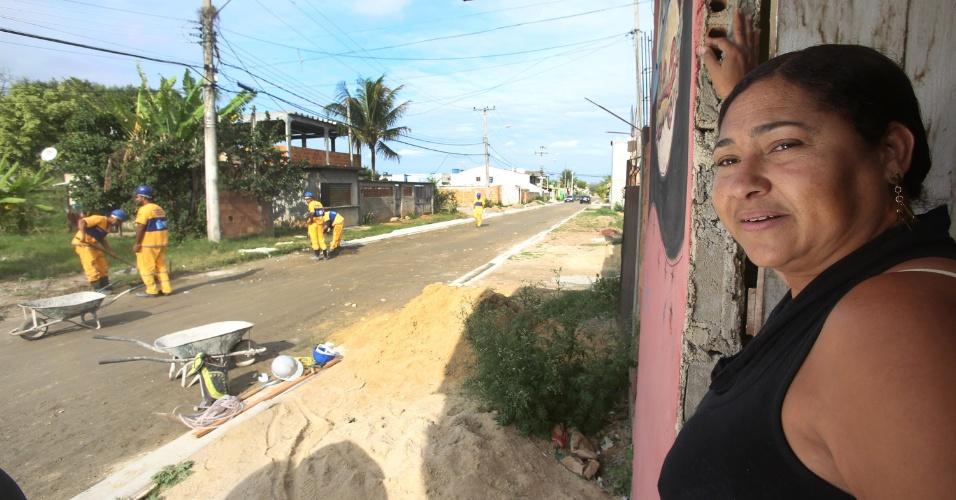 6.jul.2015 - A comericante Valdineia Oliveira, 50, observa funcionários da prefeitura e comenta que eles passaram mais de dois meses sem ir ao local.