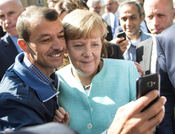 Refugiado faz selfie com a chanceler (premiê) alemã, Angela Merkel