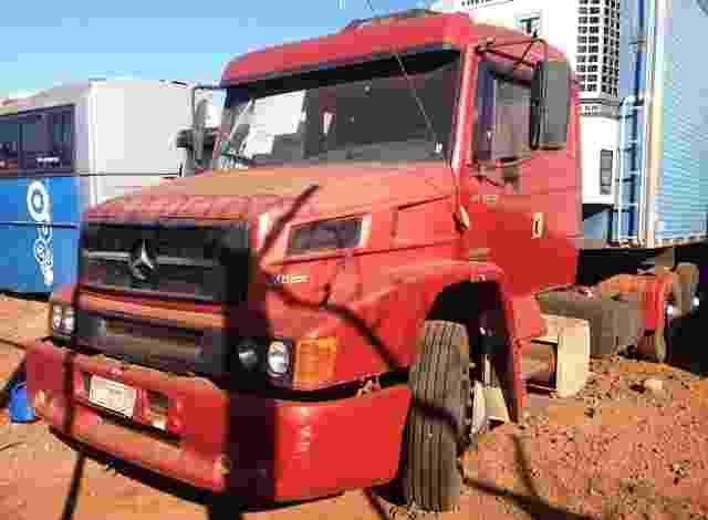 Caminhão vermelho Mercedes Benz. Valor mínimo: R$ 19.200 - Reprodução