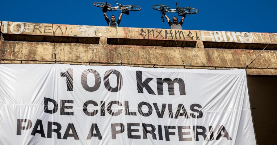 22.set.2015 - Ciclistas ligados instalaram um cartaz na ponte da rua Oscar Freire (sobre a avenida Sumaré), zona oeste de São Paulo (SP) a favor da construção de 100 km de ciclovias nas regiões periféricas da cidade. A ação é feita no Dia Mundial Sem Carro e teve apoio do Greenpeace