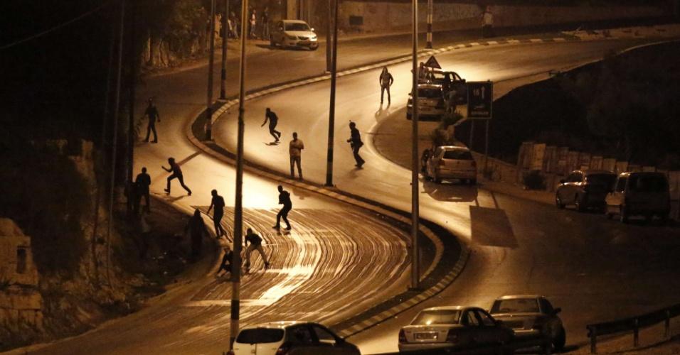 5.out.2015 - Palestinos entram em confronto com soldados da força de segurança israelense em Surda, cidade onde mora o palestino Mohannad Shafiq Halani, acusado de matar dois israelenses e ferir uma mulher e uma criança com faca e arma de fogo em Jerusalém em 3 de outubro