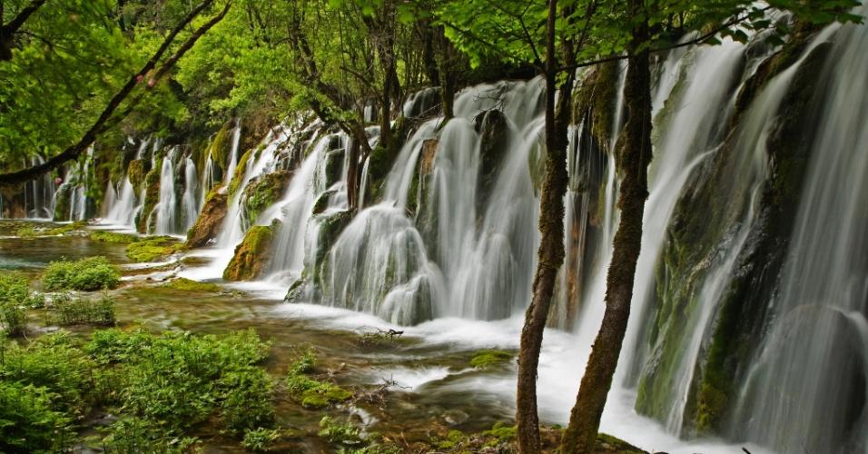 19.out.2015 - A água produz sons quando a neve derrete na primavera e escorre pelo vale Rize, caindo por cataratas de um lago para outro. Com cerca de 7 m de altura, as quedas de Arrow Bamboo, na reserva natural de Jiuzhaigou, China, se estendem por mais de 150 m