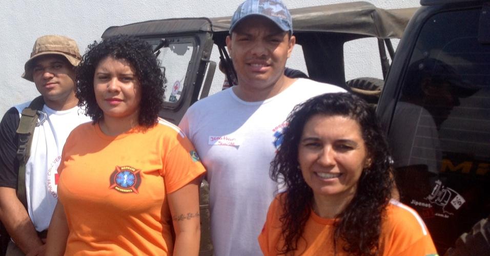 9.nov.2015 - Mayara Estanislau, 26, (dir.) e sua mãe, Yara Estanislau, 47, trabalham como voluntárias no socorro às vítimas do acidente em Mariana (MG)