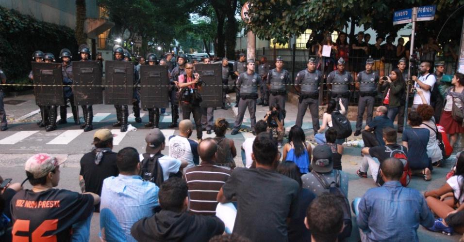 12.nov.2015 - Tropa de Choque e Polícia Militar cercam o colégio Fernão Dias, na zona oeste de São Paulo. Estudantes seguem acampados dentro da escola em protesto à reorganização da rede estadual pública de ensino