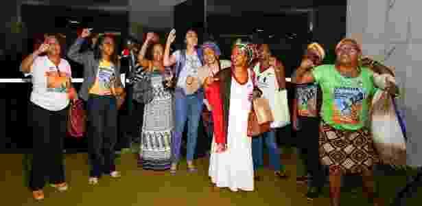 Representantes da Marcha das Mulheres Negras protestam em frente à porta do plenário da Câmara - Pedro Ladeira/Folhapress