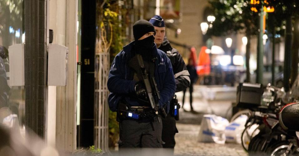 22.nov.2015 - Policiais belgas participam de busca por suspeitos de terrorismo em Bruxelas. O país continuará em alerta máximo na segunda-feira (23) por temor de atentados terroristas similares aos ocorridos em Paris