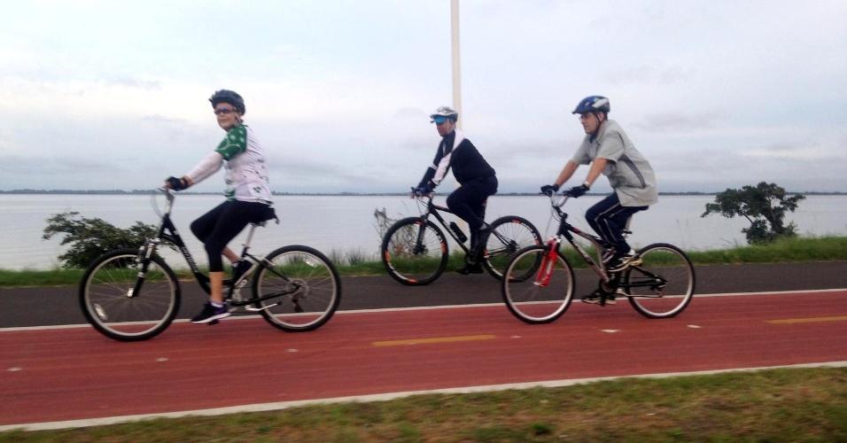 10.nov.2016 - Sem compromisso oficial, presidente Dilma Rousseff saiu para pedalar na Orla do Guaíba, em Porto Alegre, na manhã deste domingo (10)