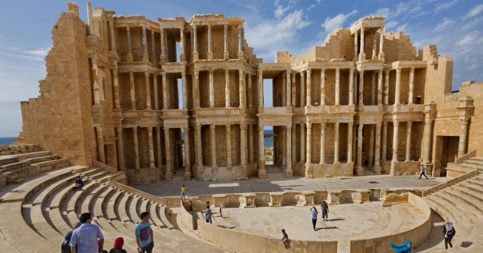 O show continua. Sabratha, um sítio arqueológico na costa da Líbia, que já foi um local de intenso comércio, abriga ainda um antigo teatro romano