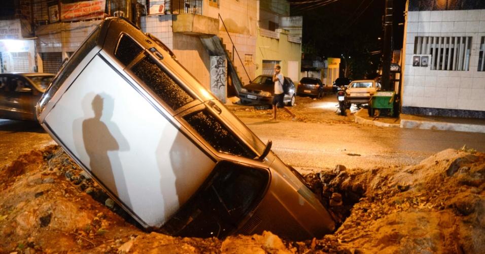 30.jan.2016 - Um carro caiu no buraco de uma obra da Companhia Pernambucana de Saneamento (Compesa), no Recife (PE), na noite de sexta-feira (29). O motorista, Adilson Bezerra, não sofreu ferimentos. Ele disse que o local não estava sinalizado e que chovia muito no momento do acidente
