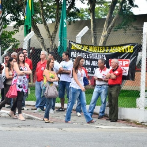 Sindicato dos trabalhadores na alimentação fez protesto em frente à fábrica da Heineken - Nilton Cardin/Folhapress