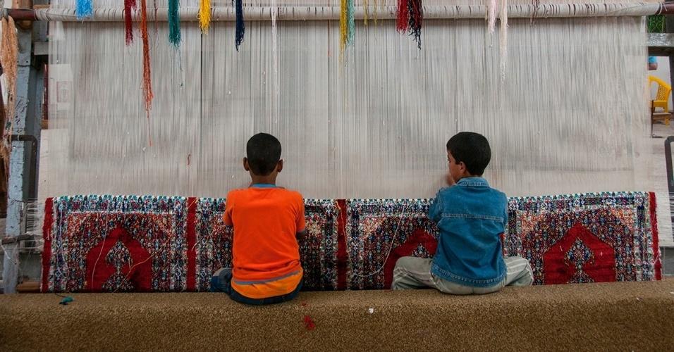 3.fev.2016 - Crianças fazem tapetes em uma fábrica no Cairo, Egito. O trabalho infantil é uma parte importante da força de produção egípcia, principalmente por causa da pobreza do país