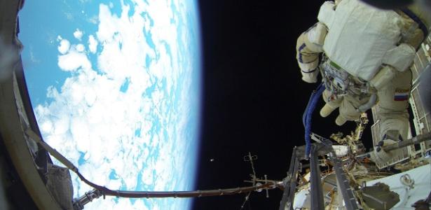 8.fev.2016 - Cosmonauta realiza uma caminhada espacial fora da ISS (Estação Espacial Internacional)