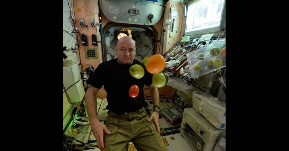 2.mar.2016 - A missão de Scott ajudará a Nasa a entender os efeitos em longo prazo de viver no Espaço. Seu irmão gêmeo, Mark Kelly, ficou 'de castigo' na Terra por um ano. A Nasa está pesquisando os irmãos para ver como o ano sem gravidade afeta o corpo humano. (