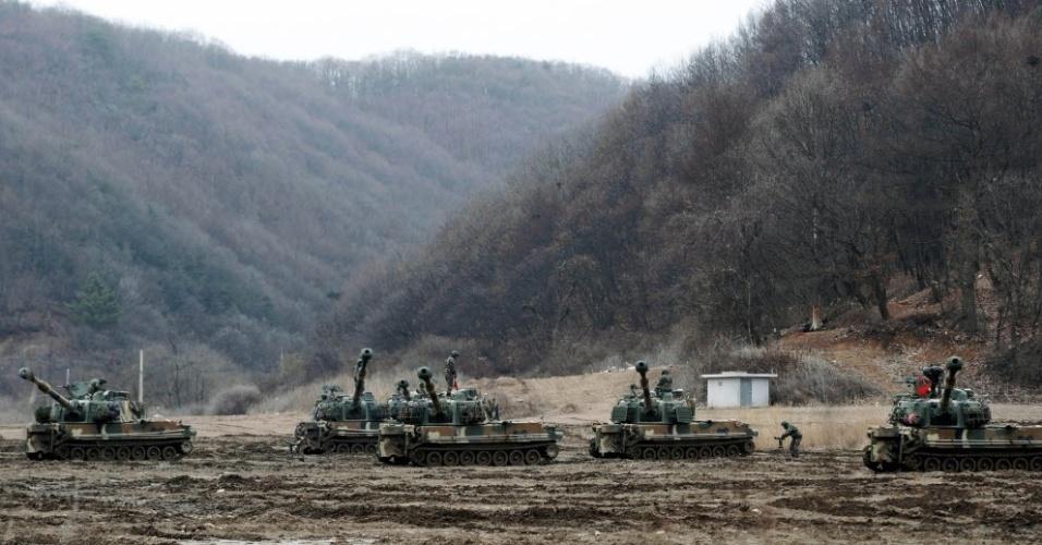 """7.mar.2016 - Tanques K9 participam de treinamento militar conjunto da Coreia do Sul e Estados Unidos em Paju, no território sul-coreano. A tensão na península coreana aumentou com o início das maiores manobras militares já executadas pelos dois países, que mobilizaram milhares de tropas, em um exercício pensado sob a ameaça de um """"ataque preventivo"""" de resposta da Coreia do Norte"""