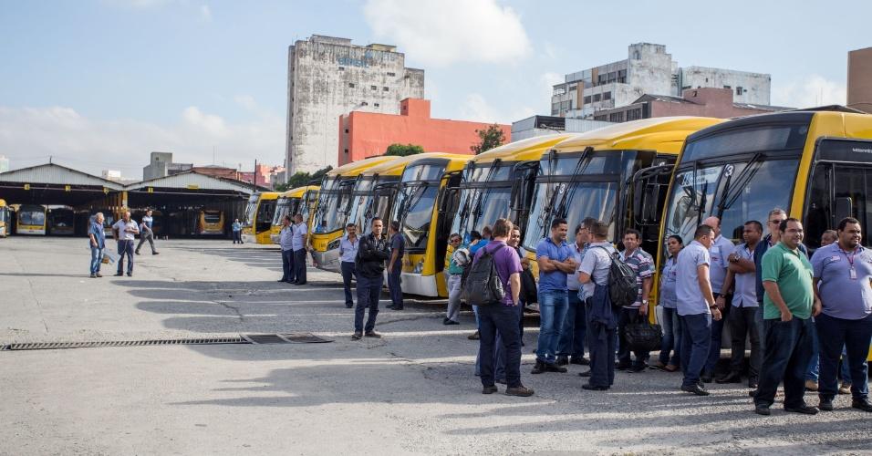 17.mar.2016-  Movimentação na porta da empresa de ônibus VIP, no bairro do Brás, em São Paulo. Os motoristas das empresas VIP e Viação Expandir paralisaram os serviços durante a manhã. A SPTrans já colocou em prática o Plano de Atendimento entre Empresas de Transporte em Situação de Emergência (Paese), com 99 ônibus, para 11 linhas que partem da garagem da VIP. Não foram informados os motivos do protesto