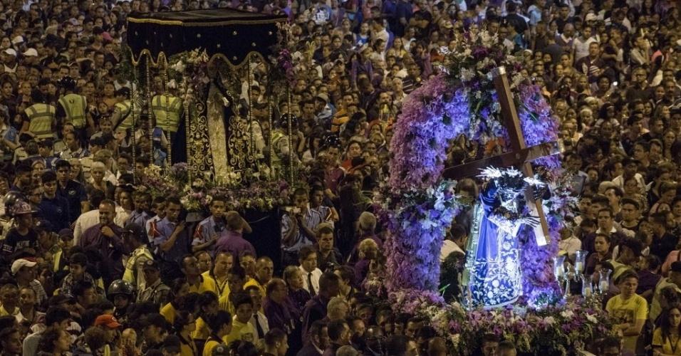 23.mar.2016 - Com vestes roxas, devotos participam da peregrinação ao Nazareno de São Paulo, em celebração a Semana Santa, na Basílica de Santa Teresa, em Caracas, na Venezuela. O ritual é um dos mais tradicionais entre os católicos no país
