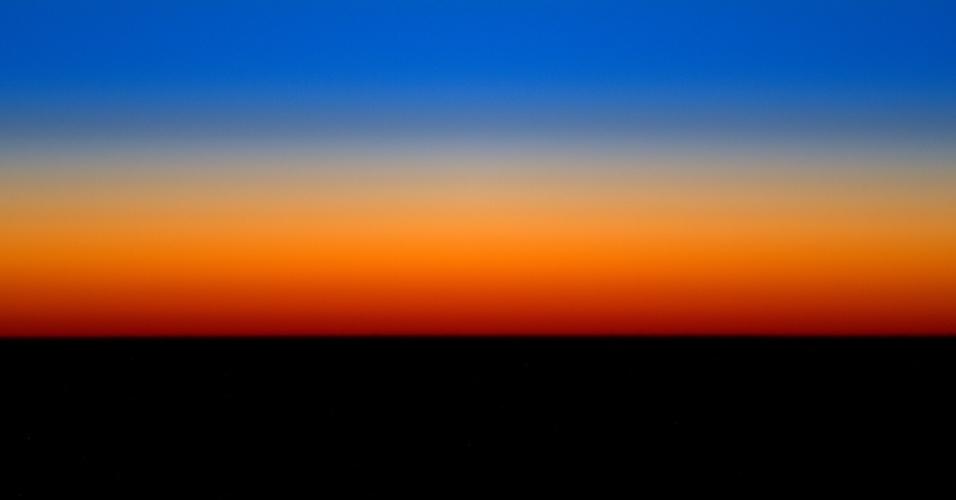 """25.mar.2016 - O astronauta Tim Peake compartilhou essa imagem com o seguinte comentário: """"De vez em quando a nossa órbita nos permite desfrutar de um longo nascer e pôr do sol - mais tempo para capturar as cores espetaculares!"""". Peake está em uma missão de seis meses na ISS (Estação Espacial Internacional, sigla em inglês)"""