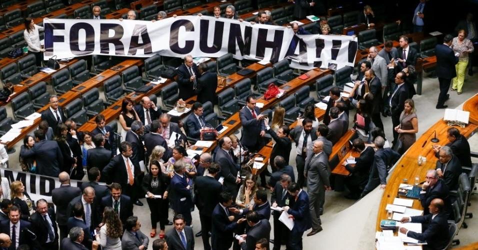 29.mar.2016 - Deputados da base aliada do governo estendem faixa com os dizeres