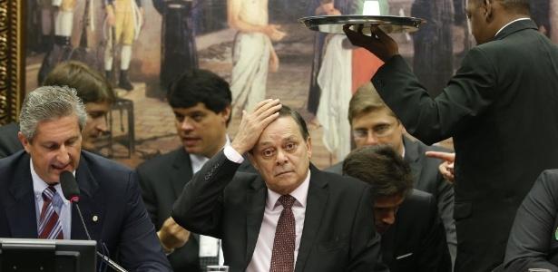 Deputados da comissão do impeachment, durante sessão que apresentou relatório a favor do afastamento de Dilma. À esq., Rogério Rosso (PSD-DF), presidente da comissão; ao centro, Jovair Arantes (PTB-GO), relator