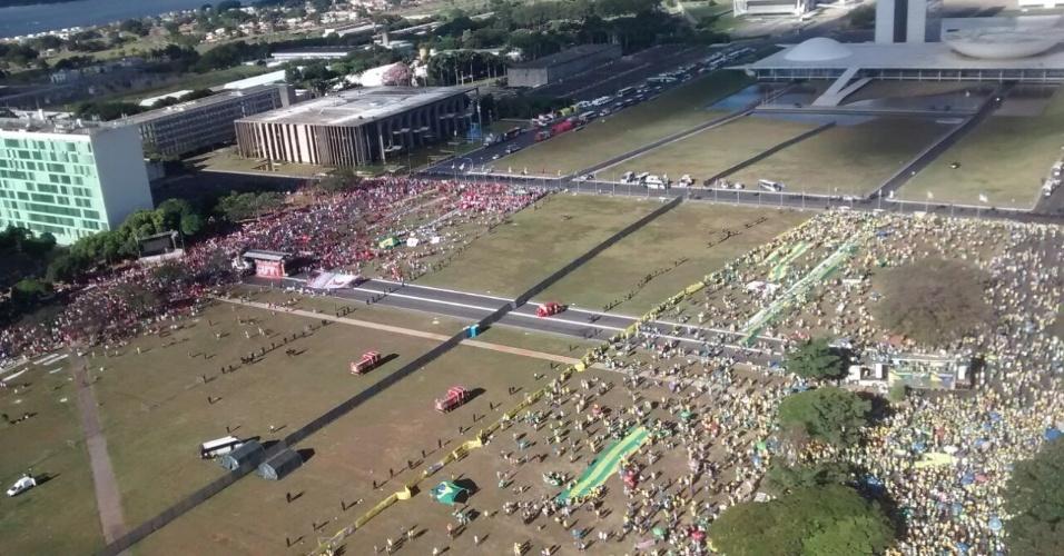 17.abr.2016 - Imagem aérea da Esplanada dos Ministérios em Brasília (DF) mostra a divisão entre manifestantes contrárioa (à esquerda) e contrários (à direita) ao impeachment da presidente Dilma Rousseff. Segundo a PM do Distrito Federal, são 25 mil pessoas presentes, sendo 18 mil pró-afastamento e 7 mil pró-governo