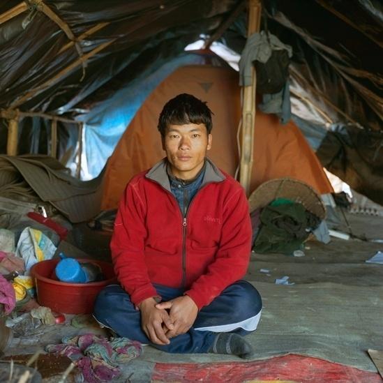 """25.abr.2016 - O vilarejo de Sagar Tamang foi completamente destruído. Ele fazia parte de um pequeno grupo que que ajudou a montar um acampamento temporário para sua comunidade, na periferia de Dhading. """"No início fizemos banheiros, importantes para higiene. Então pedimos água potável para as autoridades. Virei o líder do nosso grupo e pedimos ajuda a organizações por cartas. Pessoas do local nos deram lonas e roupas de cama. Um visitante nos deu sete barracas. Depois disso conseguimos dormir melhor."""""""