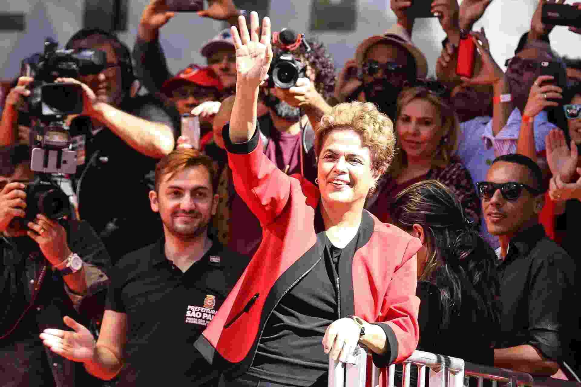 1º.mai.2016 -  A presidente da República, Dilma Rousseff (PT), parece no palco da festa do Dia do Trabalho realiza pela CUT (Central Única dos Trabalhadores) no Vale do Anhangabaú, região central de São Paulo. Parlamentares da base governista e ministros do governo também participam, como Orlando Silva (PCdoB-SP), Valmir Prascidelli (PT-SP), Arlindo Chinaglia (PT-SP) e o ministro do Trabalho, Emprego e Previdência, Miguel Rossetto - Vanessa Carvalho/Brazil Photo Press/Estadão Conteúdo