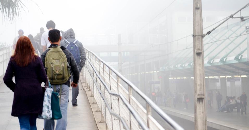 4.mai.2016 - Forte nevoeiro atinge região de Ermelino Matarazzo, na zona leste de São Paulo, na manhã desta quarta-feira (4). A névoa provocou o fechamento do aeroporto de Congonhas entre 6h40 e 8h