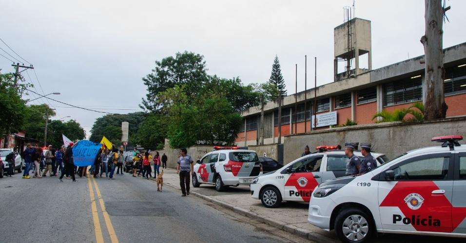 17.mai.2016 - Alunos da Escola Estadual Dario de Queiroz, em São Miguel, zona leste de São Paulo (SP), realizam uma caminhada até a Delegacia de Ensino Leste 2 em protesto por melhorias na alimentação, na educação e também por melhorias na infra estrutura da escola