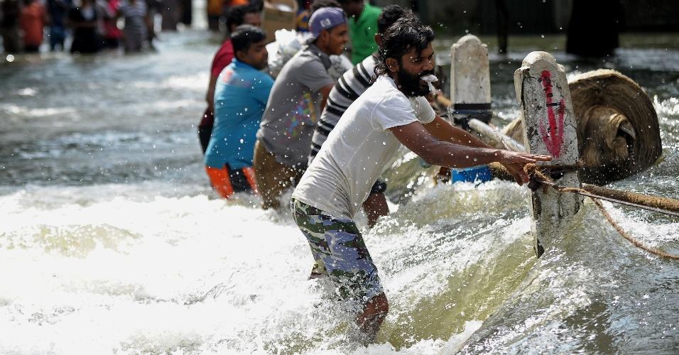 21.mai.2016 - Moradores de Kelaniya, nos arredores de Colombo (Sri Lanka) lutam para cruzar torrente causada por uma enchente. Conforme a capital de Sri Lanka, as chuvas avançam para outras partes do país, afetando os trabalhos de resgate nas zonas de desastre. As chuvas que atingem neste fim-de-semana o Sri Lanka são as mais pesadas em 25 anos, e já causaram a morte de mais de 60 pessoas