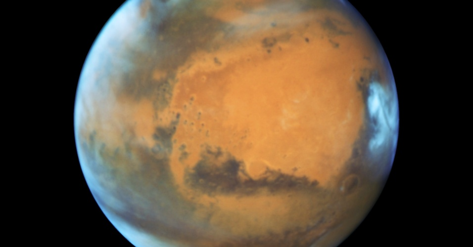 Marte se aproxima da Terra em foto tirada no dia 12 de maio pelo telescópio espacial Hubble. Na segunda (30), o planeta passou pela Terra a uma distância de 120,7 milhões de quilômetros