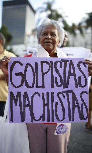 2.jun.2016 - Manifestante ergue cartaz contra o governo interino de Michel Temer em concentração para a Marcha das Mulheres pela Democracia, em apoio à presidente afastada, Dilma Rousseff, no Largo da Carioca, no centro do Rio de Janeiro