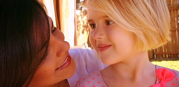 A psicóloga Bárbara Lino e a filha Helena