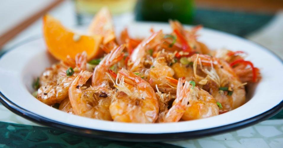 O camarão à carioca é um dos pratos serviços no Pirajá. Ele traz camarãozinho seco curado ao alho e óleo com cebolinha, pimenta dedo de moça e limão cravo e custa R$ 39