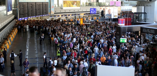Passageiros lotam saguão do aeroporto de Frankfurt após o Terminal 1 ser evacuado