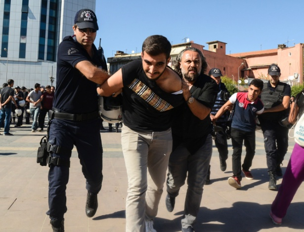 Policiais turcos detêm estudante durante protesto contra a suspensão de professores com supostas ligações com extremistas, em Diyarbakir