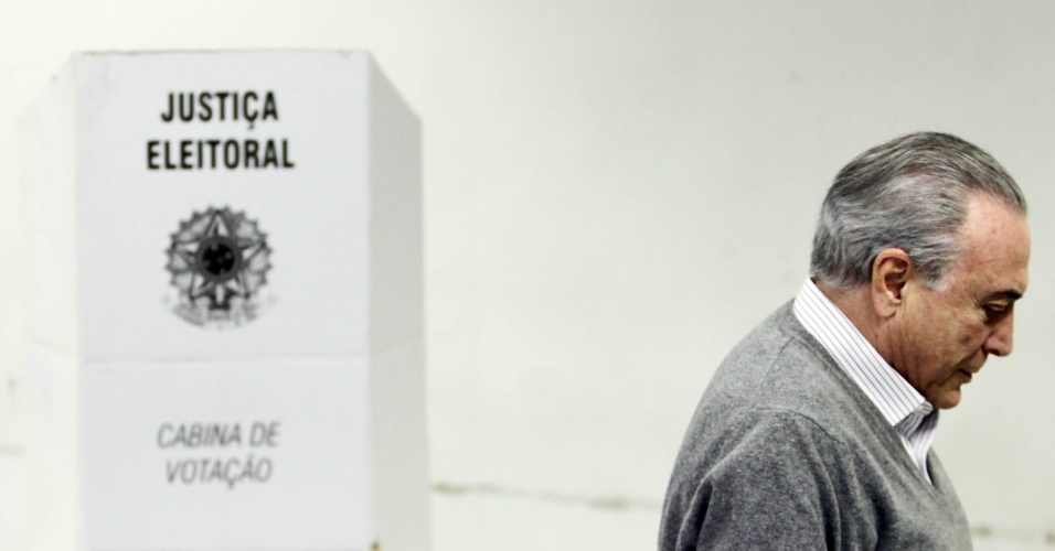 2.out.2016 - O presidente Michel Temer foi o primeiro a votar, neste domingo, na PUC (Pontifícia Universidade Católica) de São Paulo, em Perdizes, bairro da zona oeste de São Paulo. Temer chegou por volta de 7h30 ao local --meia hora antes da abertura dos portões aos eleitores e três horas e meia antes do horário de votação divulgado, no sábado (1º) pela assessoria da Presidência. A antecipação evitou o encontro de Temer com manifestantes que prometiam recepcioná-lo na PUC hoje cedo