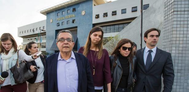 1º.ago.2016 - O marqueteiro João Santana (de óculos) e sua mulher Mônica Moura (de óculos escuros) deixam a sede da Polícia Federal em Curitiba