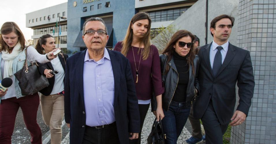 1º.ago.2016 - O marqueteiro João Santana (de óculos) e sua mulher Mônica Moura (de óculos escuros) deixam a sede da Polícia Federal em Curitiba após decisão do juiz federal Sergio Moro de libertá-los
