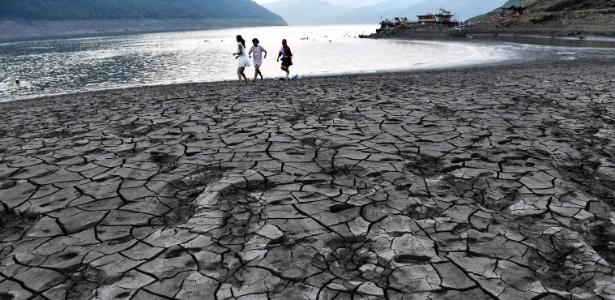 Pessoas caminham no leito seco de rio em Chongqing, na China