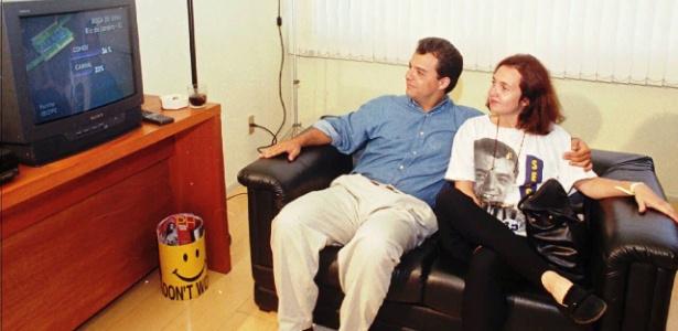 Então candidato a deputado, Cabral é fotografado ao lado da mulher, Susana, em 1996
