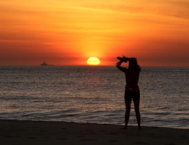 28.dez.2016 - Amanhecer visto da praia de Copacabana, na zona sul do Rio