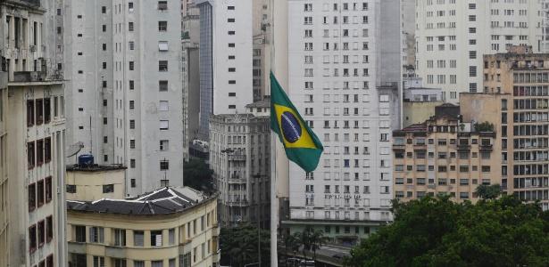 Bandeira a meio mastro na Praça da Bandeira, em São Paulo, pela morte de Teori Zavacki